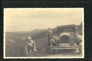 AK zwei Damen machen Rast mit ihrem Chrysler am Strassenrand