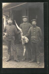 AK Deutsche Soldaten präsentieren ein grosses Horn, Fleischer