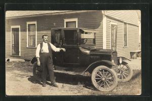 AK Mann mit seinem Ford vor dem Haus