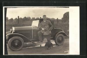 Foto-AK Mann vor seinem Opel auf einer Landstrasse