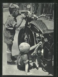 AK Knaben putzen ein Motorrad vom Typ DKW-Rt 125