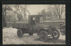 Foto-AK Lastkraftwagen auf einem winterlichen Hof