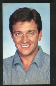 AK Schauspieler Jean-Pierre Cassel im blauen Hemd
