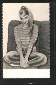 AK Schauspielerin Agnès Laurent posiert auf einem Sofa