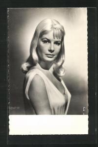 AK Schauspielerin Jean Wallace in weissem Kleid