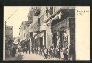AK Suez, Rue du Bazar, Männer stehen vor Häuserfassaden