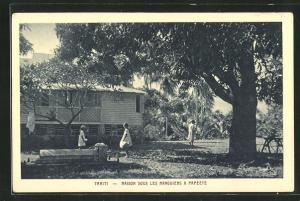 AK Papeete, Tahiti, Maison sous les Manguiers, Mädchen im Garten, Palmen