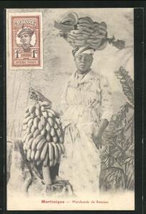 AK Martinique, Marchande de Bananes, Frau mit Bananenstauden