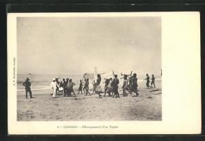 AK Loango, Debarquement d`un Vapeur, Menschen am Strand