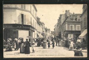 AK Dreux, Le Carrefour Billy et l`entree de la Rue Parisis, Geschäftsfassaden