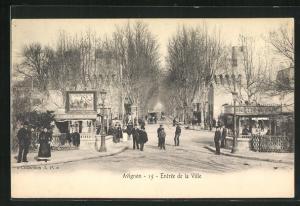 AK Avignon, Entree de la Ville, Personnes devant Boutiques