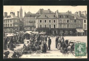AK Avranches, La Place Littre a l`Heure du Marche