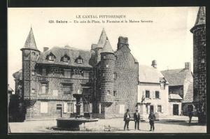 AK Salers, Un coin de Place, la Fontaine et la Maison Sevestre