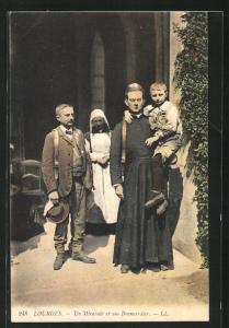 AK Lourdes, Un Miracule et son Brancardier
