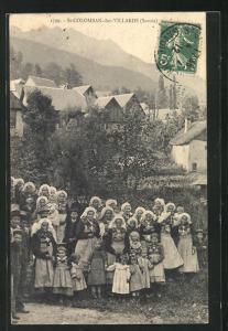 AK St-Colomban-des-Villards, Leute in Trachten vor der Ortschaft