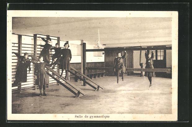 AK St. Trond, Salle de gymnastique, Mädchen in Uniform beim Sport 0