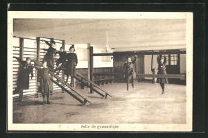 AK St. Trond, Salle de gymnastique, Mädchen in Uniform beim Sport