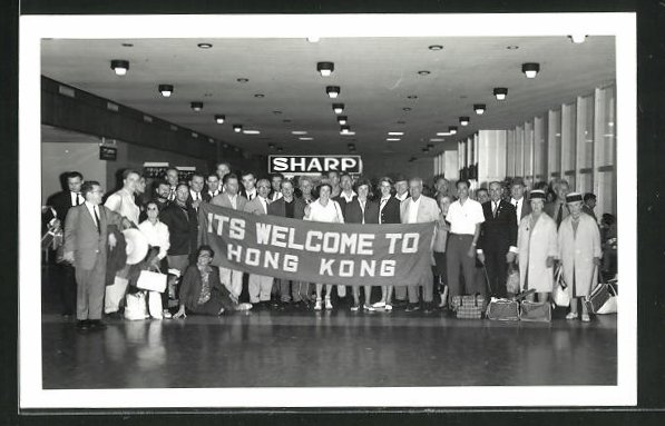 AK Hong Kong, Gruppe in Halle mit Willkommensgruss, Its Welcome to Hong Kong 0