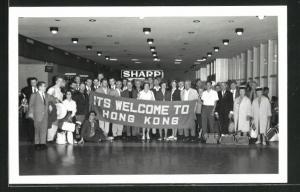 AK Hong Kong, Gruppe in Halle mit Willkommensgruss, Its Welcome to Hong Kong
