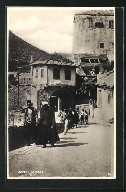 AK Mostar, Blick auf Strassenszene mit Männern und verfallene Häuser 0