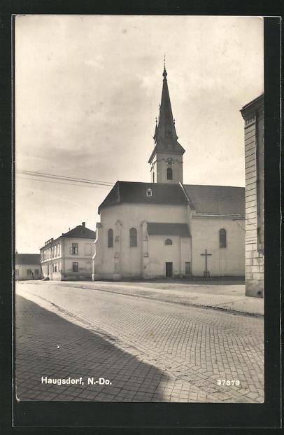AK Haugsdorf, Kirche mit Strassenansicht 0
