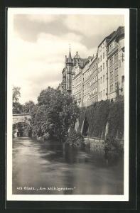 AK Glatz, Am Mühlgraben mit Steinbrücke und Häuserfassaden