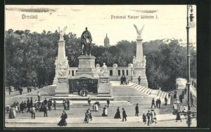 AK Breslau, Spaziergänger am Denkmal Kaiser Wilhelm I.