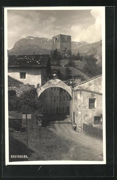 AK Rattenberg, Strassenpartie mit Häusern und Blick zum Burgturm 0