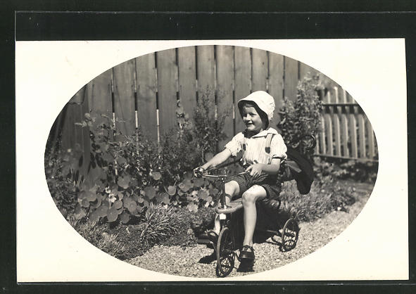 Foto-AK Kleiner Bub auf Dreirad im Garten 0