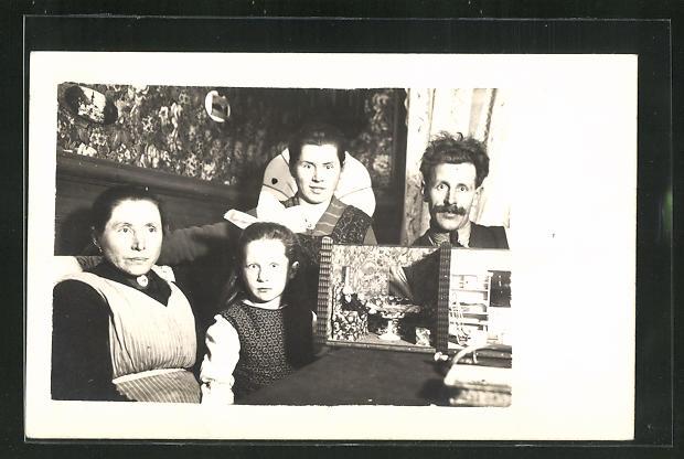 Foto-AK Familienportrait mit Puppenstube 0
