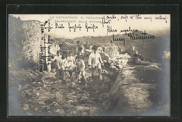 Foto-AK Messina, Salvataggio delle Vittime, Bergung von Opfern des Erdbebens 0