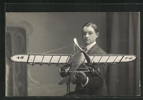 Foto-AK Modellbauer Richard Maier aus Oppenau mit Flugzeug-Modell 0
