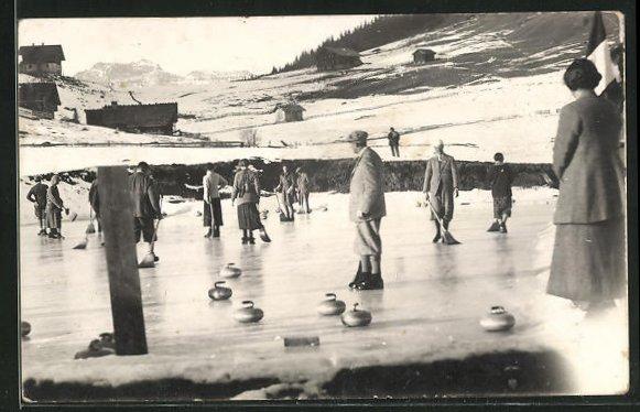 Foto-AK Wintersportler vergnügen sich beim Curling 0