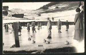 Foto-AK Wintersportler vergnügen sich beim Curling
