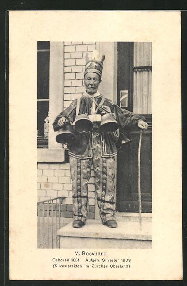 AK Zürich, M. Bosshard steht mit Glocken am Gürtel vor einer Haustür, Silvestersitten im Zürcher Oberland, Exzentriker 0