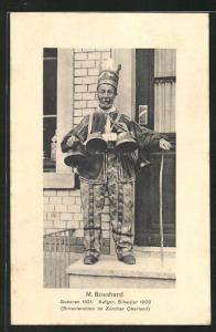 AK Zürich, M. Bosshard steht mit Glocken am Gürtel vor einer Haustür, Silvestersitten im Zürcher Oberland, Exzentriker
