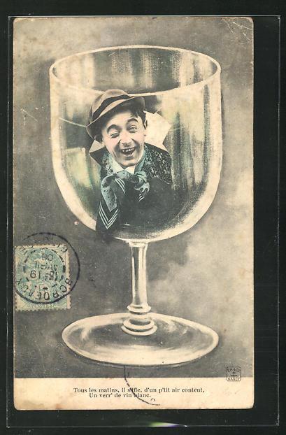 AK Portrait lachender Mann mit Hut auf einem Weissweinglas 0