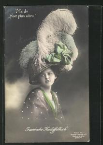 AK Garnierter Kartoffelkorb, Mode Non plus ultra, Dame mit umgedrehtem Korb auf dem Kopf