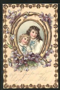Glitzer-Holzbrand-Imitations-AK Zwei Mädchen in einem Hufeisen mit Blumen