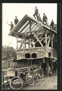 Foto-AK Zimmerleute auf dem Dach eines Hauses