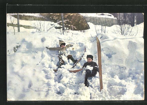 AK Kinder mit Skiern liegen im Schnee 0