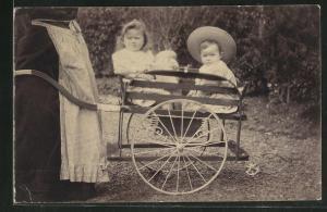 Foto-AK Zwei Kleinkinder sitzen im Kinderwagen