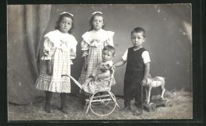 Foto-AK Vier Kinder mit Kinderwagen