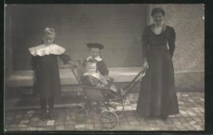 Foto-AK Mutter mit Ihren Kindern und Kinderwagen