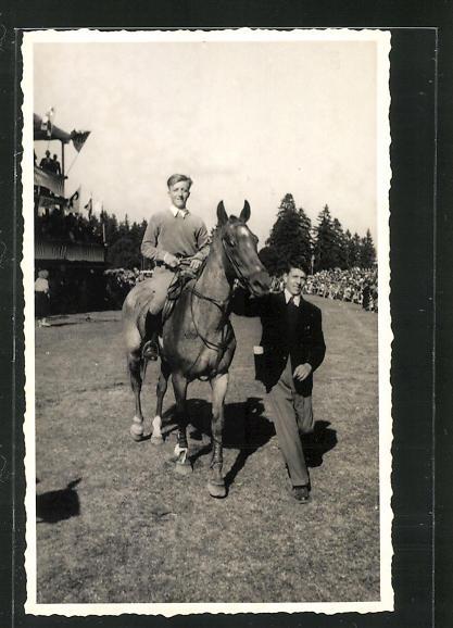 Foto-AK Jockey auf seinem Pferd am Rennplatz 0