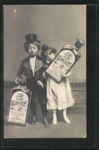 AK Kinder tragen zwei grosse Flaschen Siroline
