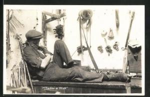 AK Tackler at Work, Mann macht ein Nickerchen während der Arbeit