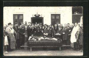 Foto-AK Männer und Frauen bei einer Beerdigung