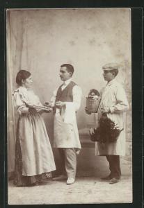 AK Frau mit einer Wurstplatte und Koch mit seinem Gehilfen