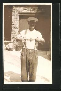 Foto-AK Mann mit einer Fledermaus auf der Brust